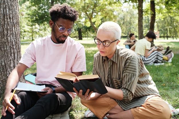 Studenten die een boek lezen
