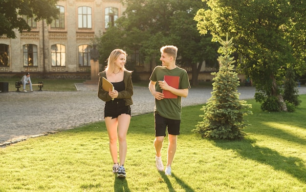 Studenten die een gesprek voeren in het park