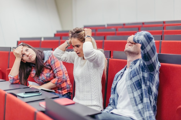 Studenten die hoofden houden tijdens de les