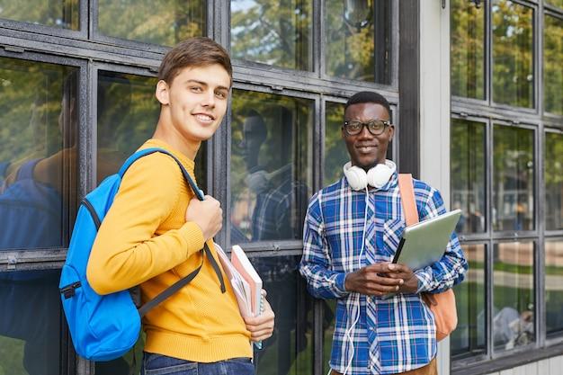 Studenten die in openlucht stellen