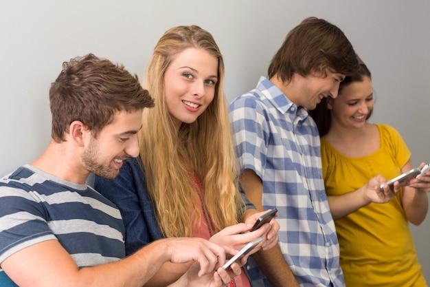 Studenten die mobiele telefoons gebruiken