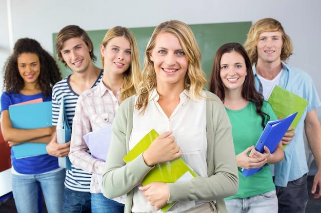 Studenten die omslagen houden bij universiteit