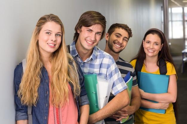 Studenten die omslagen houden bij universiteitsgang