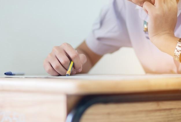 Studenten die potlood gum houden tijdens het afleggen van examens