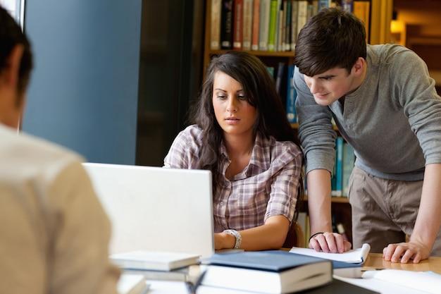 Studenten die samenwerken met een laptop