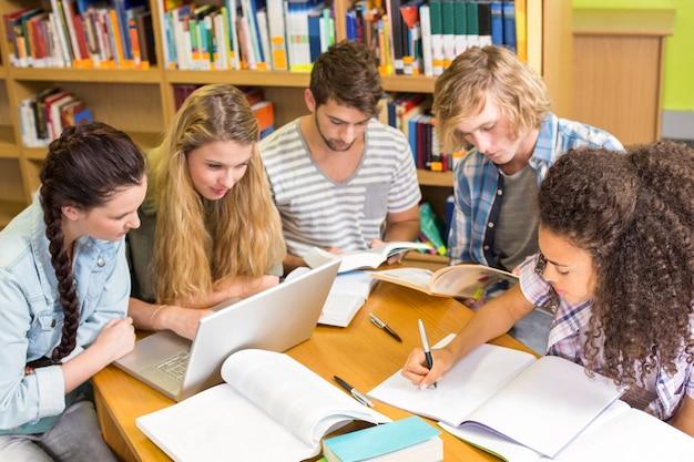 Studenten die thuiswerk in bibliotheek doen