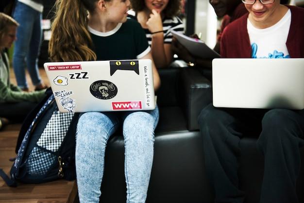 Studenten e-learning met een laptop