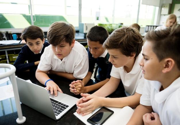 Studenten e-learning met laptop