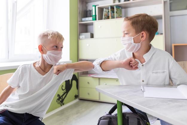 Studenten elleboog stoten in de klas