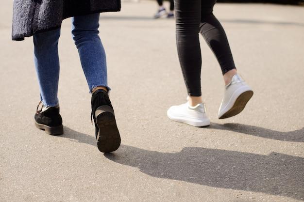 Studenten gaan samen op zonnige dag naar de campus