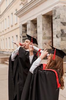Studenten gebruiken diploma als verrekijker