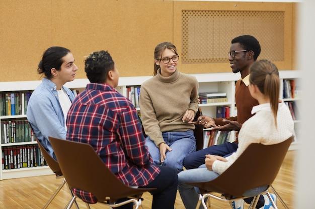 Studenten genieten van discussie