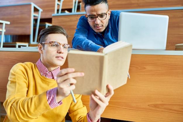 Studenten helpen elkaar in de klas