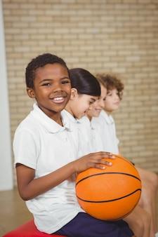 Studenten houden basketbal met medespelers