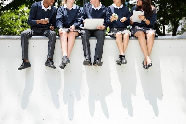 Studenten huiswerk in het park