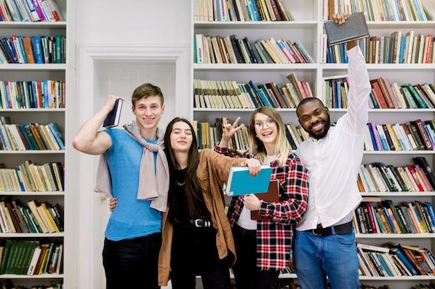 Studenten in bibliotheek, gelukkig leren en onderwijs