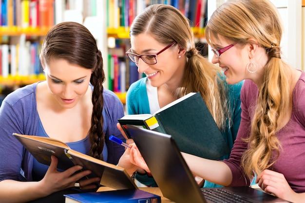 Studenten in de bibliotheek zijn een leergroep