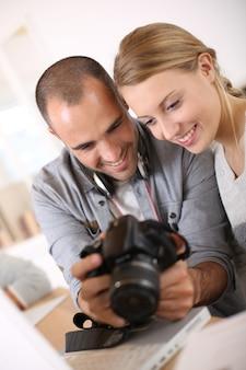 Studenten in fotografie werken samen aan project