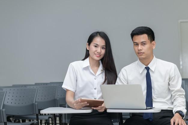 Studenten in uniform werken en lezen