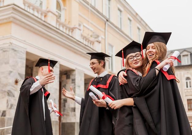 Studenten knuffelen bij afstuderen