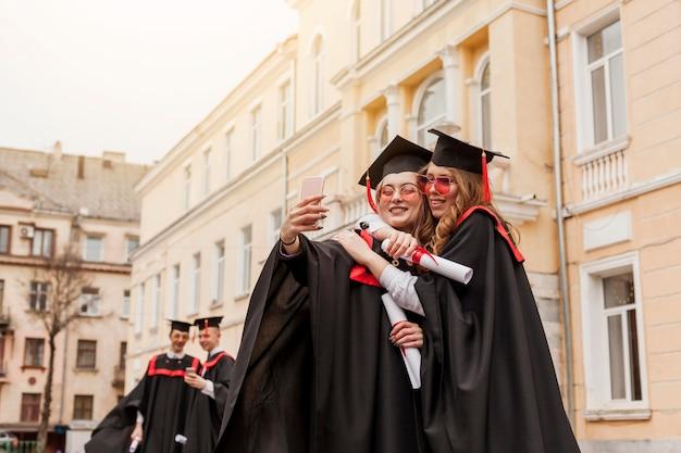 Studenten knuffelen en fotograferen