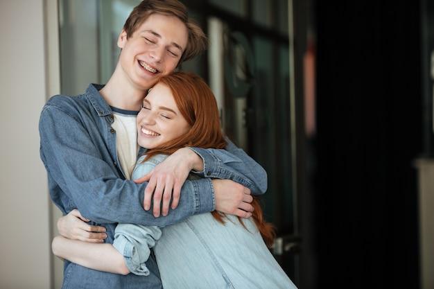 Studenten knuffelen in café