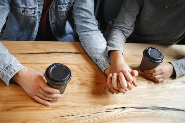 Studenten koppel met een romantische lunch binnenshuis nabijheid