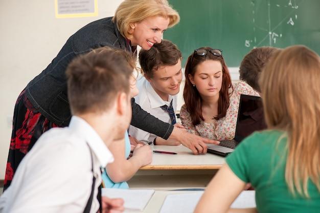 Studenten luisteren naar hun leraar