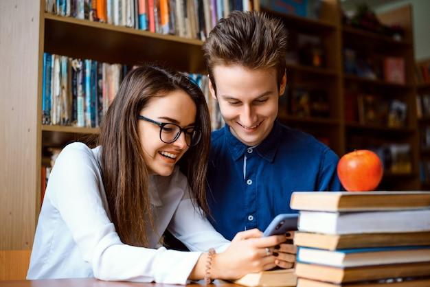 Studenten met behulp van een smartphone