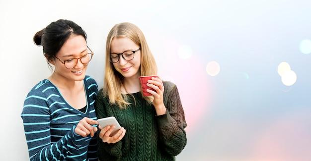 Studenten met behulp van een telefoon