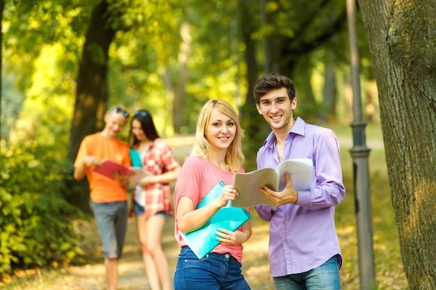Studenten met boeken in het park