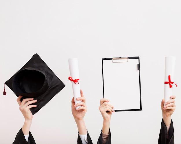 Studenten met certificaten en toga