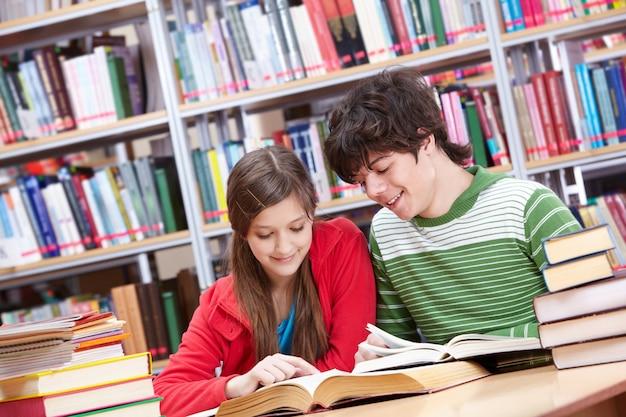 Studenten met de tafel vol boeken