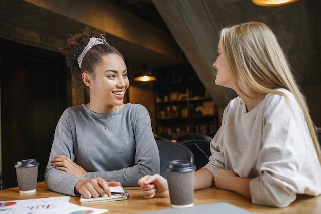 Studenten met een zakenlunch binnenshuis projectdiscussie