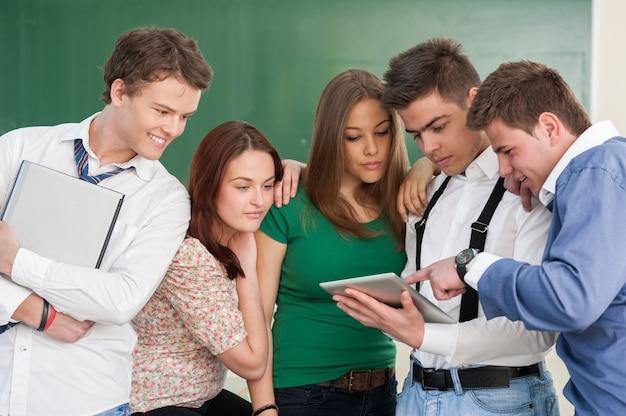Studenten met moderne apparatuur