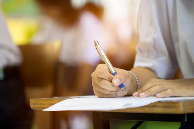 Studenten nemen de toets of het examen af in de klas.