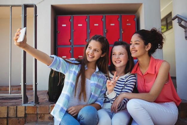 Studenten nemen een selfie op de mobiele telefoon