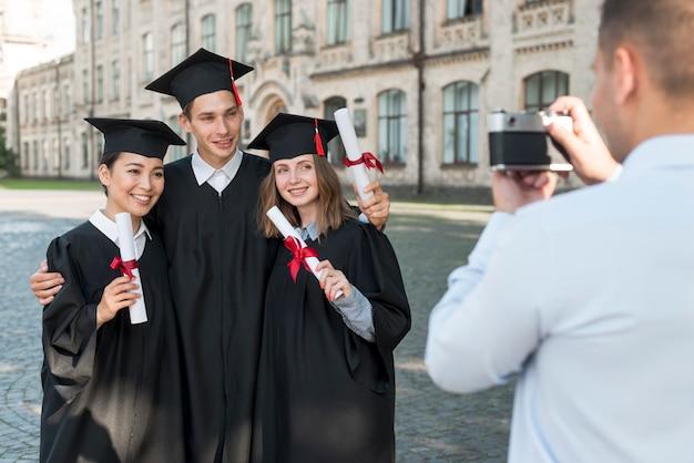 Studenten nemen foto van elkaar bij het afstuderen