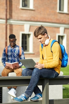 Studenten op break outdoors