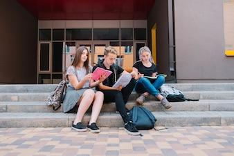 Studenten op de trap van de universiteit