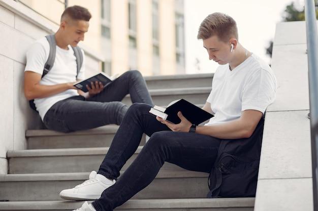 Studenten op een universiteitscampus met boeken