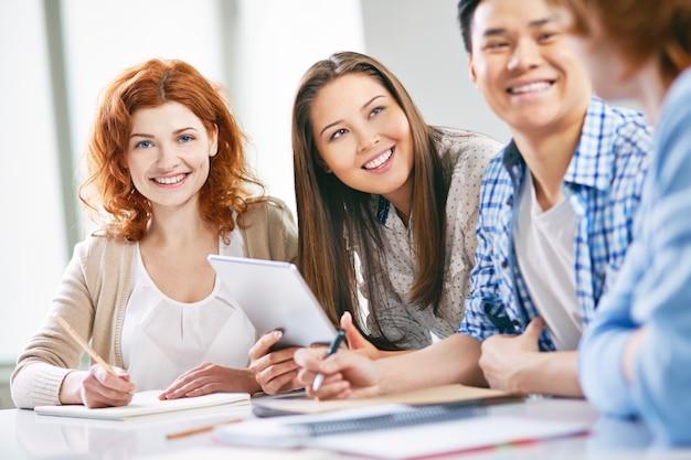 Studenten praten voordat de les