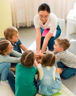 Studenten spelen een spel met hun leraar