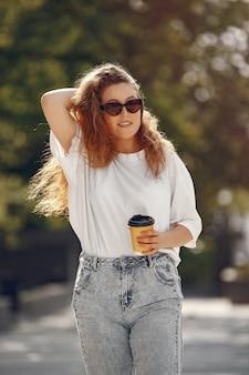 Studenten staan in een stad met een kopje koffie