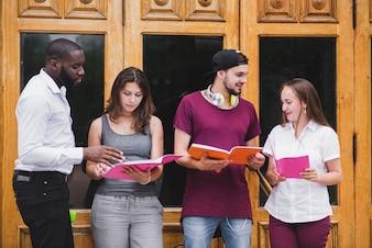 Studenten staan tegen de deuren lezen