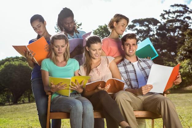 Studenten studeren buiten op de campus