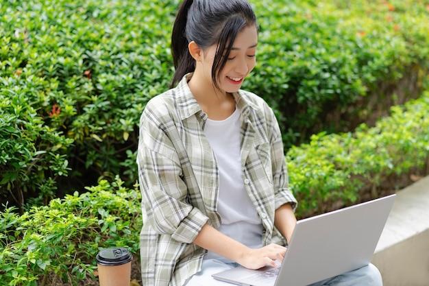 Studenten studeren buiten op school