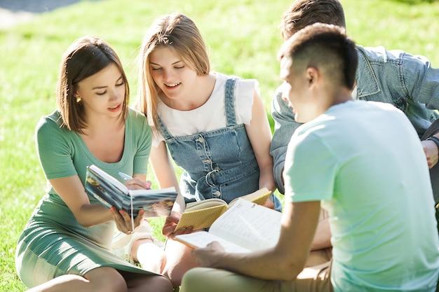 Studenten studeren. jonge mensen bereiden zich voor op de lessen. mensen maken zich klaar voor de examens.