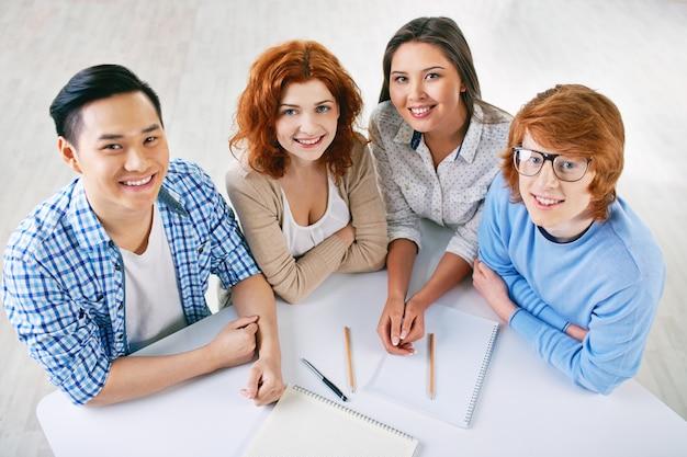 Studenten werken als een team in college