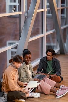 Studenten werken samen aan een project